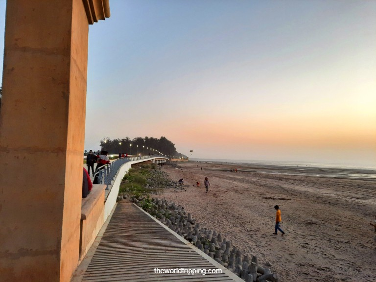 Jampore Beach side road